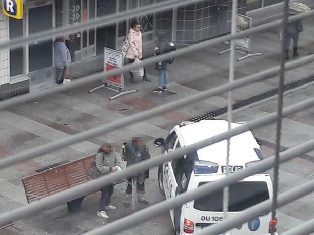 Keskustassa aikaa viettävien Maken ja Jiipeen mukaan poliisin linja on tiukentunut.