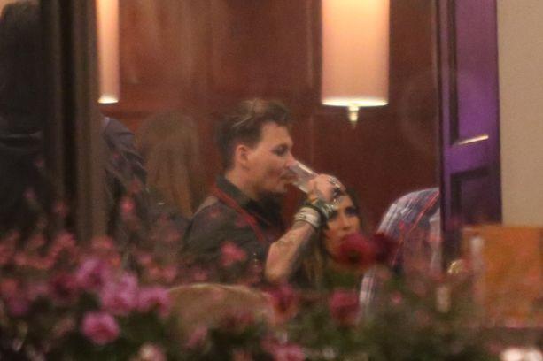 Erokohun keskellä olevalle näyttelijälle maistuivat hotellin aulabaarin tarjoilut.