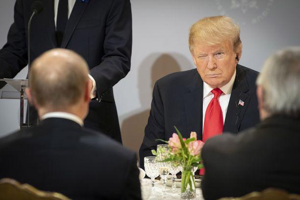 Saksan hallinnon jakamassa kuvassa Trump iskee Putinille silmää aselepojuhlallisuuksia seuranneella lounaalla lauantaina.