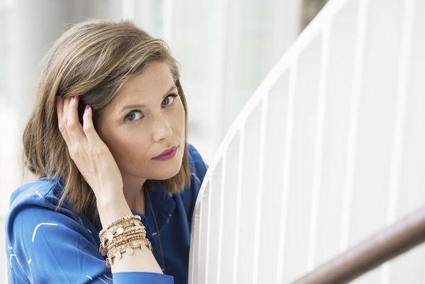 Laura Närhi lupaa uudelle levylleen melankolisten kappaleiden sijaan positiivista sisältöä, jossa katsotaan eteenpäin elämässä.