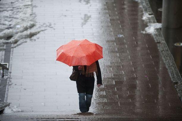 Sateenvarjo mukaan? Ensi viikolla lämpötila painuu nollan tienoolle, ja taivaalta tulee räntää tai vettä.