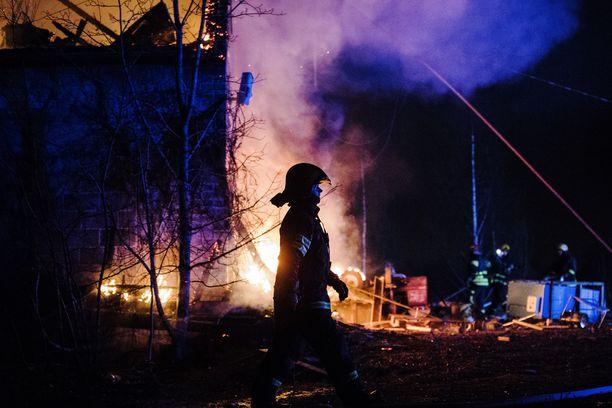 Kangasalan Valimontiellä syttyi suuri rakennuspalo lauantai-iltana.