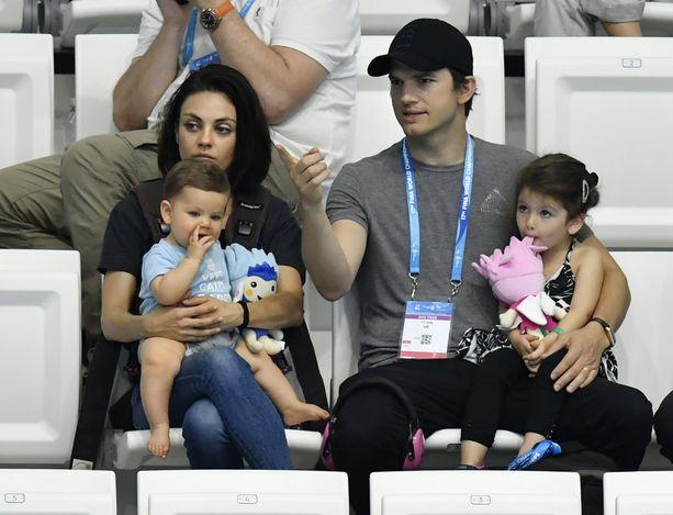 Ashton Kutcher on nykyisin naimisissa 70's Shown vastanäyttelijän  kanssa, ja heillä on kaksi lasta.