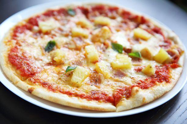 Kinkku-ananas-aurajuusto-pizza, lisäkesalaatti: 1427,73 kcal