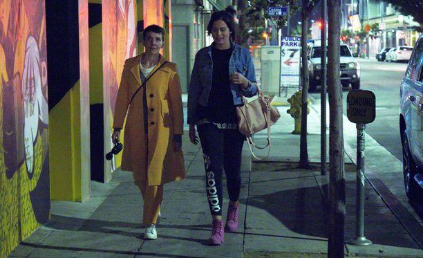 Maria ja Sara käyvät ulkona syömässä ja tapaavat samalla Saran rumpalin.