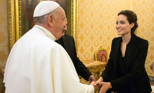Paavi Franciscus ja Angelina kättelivät lyhyen kohtaamisensa aluksi.