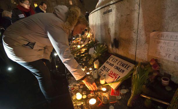 Terroristi-iskussa kuolleita muistettiin torstaina Pariisissa.