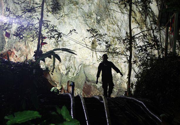 Pelastustyöt luolaan loukkuun jääneiden nuorten pelastamiseksi jatkuvat Thaimaassa.
