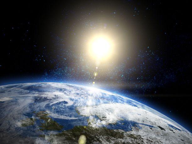 Porottava aurinko hajottaa hiilidioksidin, mikä johtaa happea tuottavien eliöiden sukupuuttoon ja tappaa kaiken happea tarvitsevan elämän Maapallolta. Tämä tapahtuu arviolta 1,08±0,14 miljardin vuoden kuluttua.