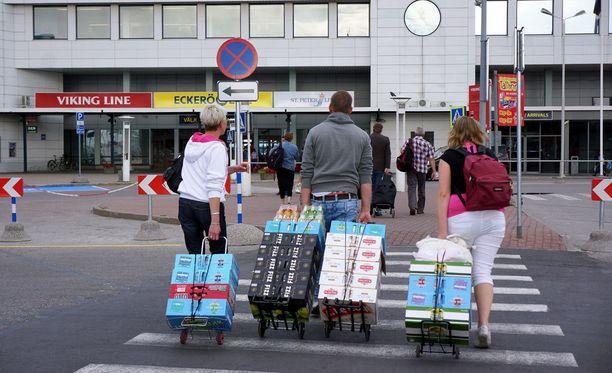 Vahvan oluen, siiderin ja lonkeron matkustajatuonti Virosta vähenee puoleen esitettyjen lakimuutosten myötä.