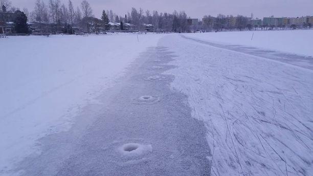 Sarjakairaaja jätti jälkeensä nopeasti jäätyvät reiät, mutta myös jäätyneet möykyt niiden ympärillä.