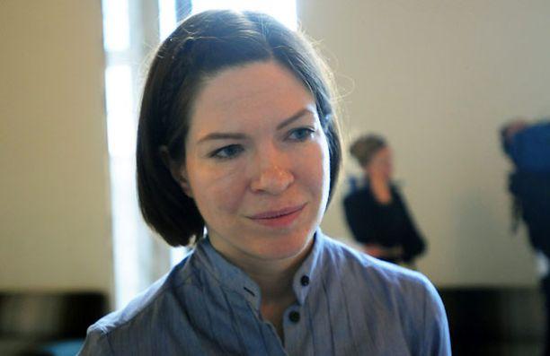 Anni Sinnemäki syyttää Jarmo Korhosta vaalirahasotkuista.