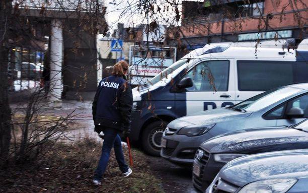 Poliisi tutki maastoa lähellä murhapaikkaa Tuusulan Hyrylässä marraskuun lopussa.
