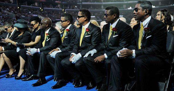 Jacksonin pojaksi epäilty nuori mies istui muistotilaisuudessa eturivissä Michaelin perheen kanssa. Kuvassa vasemmalla istuva mies.