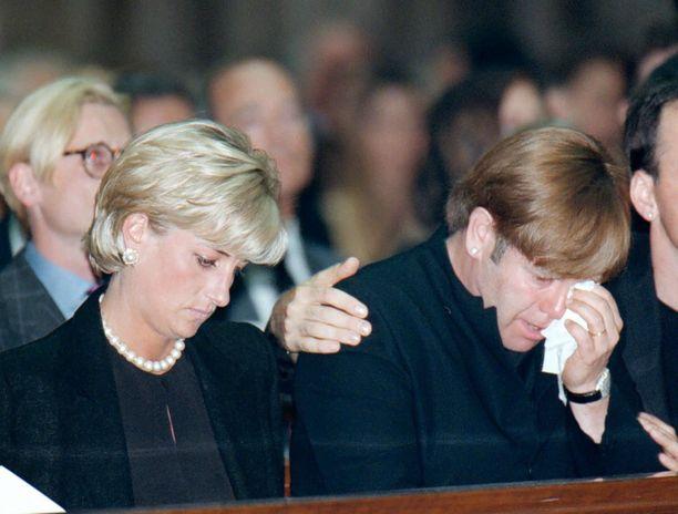Elton John murtui täysin Gianni Versace hautajaisissa Dianan vierellä.