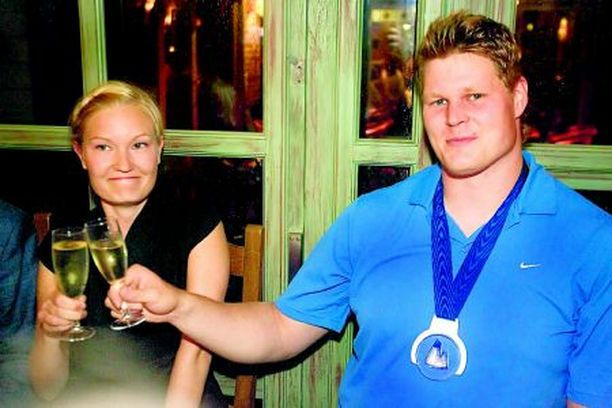 HOPEA JA KULTA Olli-Pekka Karjalainen ja hänen avovaimonsa Heli juhlivat mitalia La Terrazza -ravintolassa.