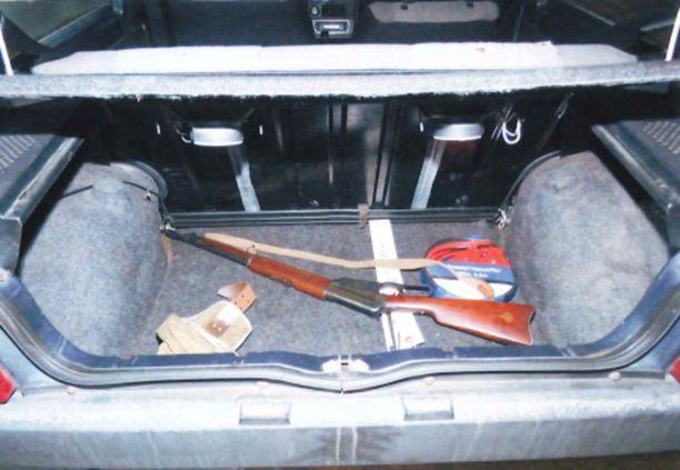Kaakkois-Suomen poliisilaitoksen esitutkintapöytäkirjasta paljastuu, että epäilty jätti surma-aseena toimineen kiväärin autoonsa surmien jälkeen.