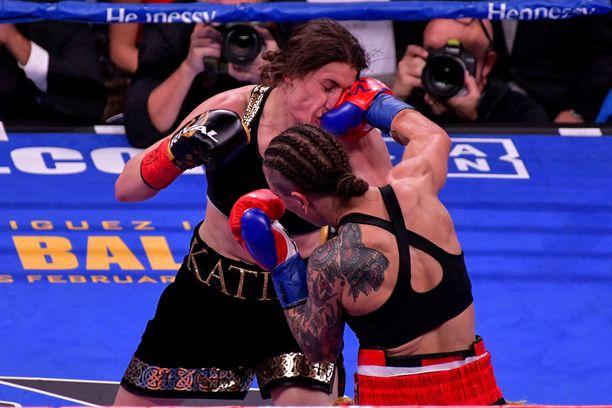 Tappiostaan huolimatta Eva Wahlström sai painavia iskuja perille Katie Tayloria vastaan.