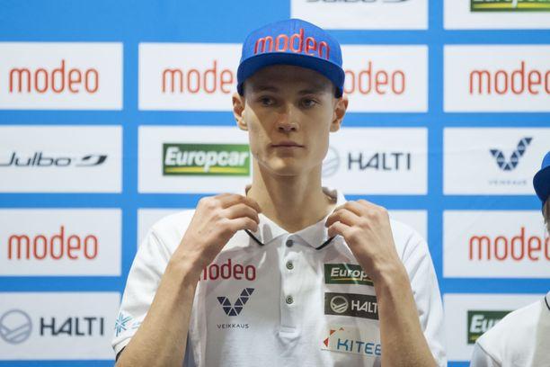 Antti Aalto laittoi paitansa kaulukset minttiin Rukan maailmancupin lehdistötilaisuudessa.