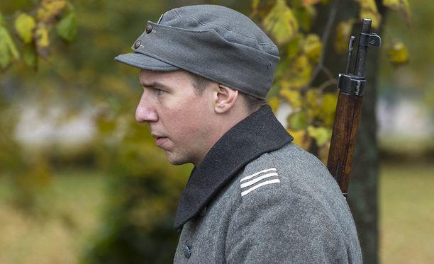 Aku Hirviniemellä on Louhimiehen Tuntemattomassa sotilaassa Hietasen rooli.