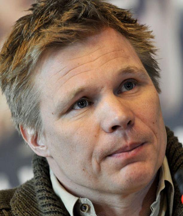 Mika Salo oli matkalla Visbyyn Gotlannin saarelle, jossa kilpaillaan viikonloppuna Ruotsin ja Suomen välinen autourheilumaaottelu.