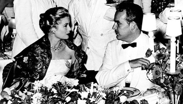 Huhtikuussa avioituneet Grace ja Rainier kuvattiin Punaisen Ristin juhlissa ensimmäisen kerran elokuussa 1956 ja sen jälkeen joka vuosi.