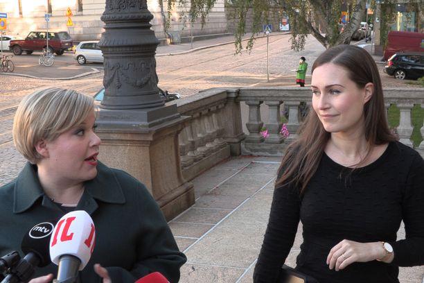 Keskustan puheenjohtaja, tiede- ja kulttuuriministeri Annika Saarikko ja SDP:n puheenjohtaja, pääministeri Sanna Marin saapuivat maanantaina Säätytalolle yhtä jalkaa.