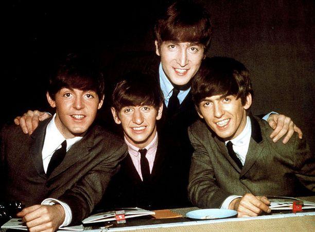 George Harrison (oik.) vakuuttaa fanikirjeessä, etteivät he suinkaan sysänneet Ringoa (alh. keskellä) sivummalle, vaan päinvastoin, rohkaisivat rumpalia lavan edustalle näyttämään taitojaan.