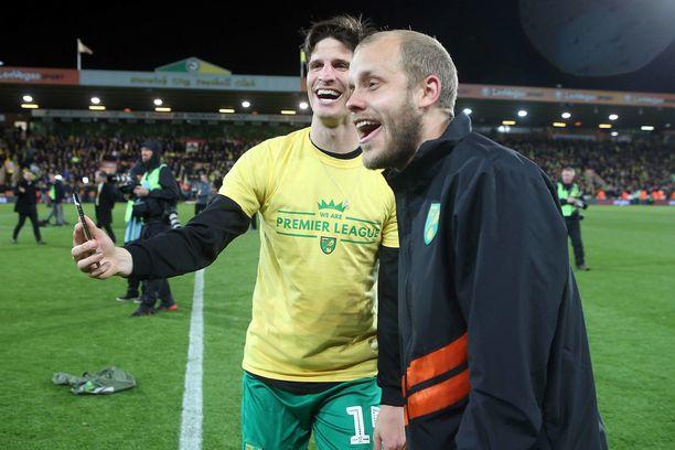 Timm Klose (vasemmalla) ja Teemu Pukki juhlivat viime kauden päätteeksi nousua Valioliigaan.