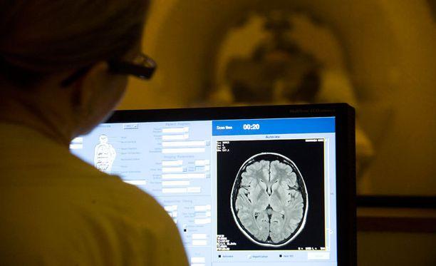 Radiologit tutkivat kuvia ja sanelevat löydökset puheentunnistusjärjestelmälle, joka muuntaa puheen tekstiksi. Joissain tapauksissa järjestelmän on raportoitut toimivan puutteellisesti.