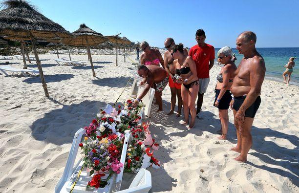 Turistit toivat kukkia menehtyneiden muistoksi Imperial Marhaba -hotellin edustalla olevalle rannalle.