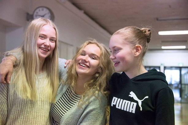 Aleksis Kiven peruskoulun 8B -luokan oppilaat Eveliina Smirnova (vas.), Daniela Leander ja Ella Koivisto sanovat, ettei opettajaa saisi kuvata ilman lupaa.
