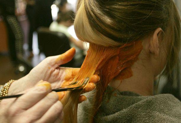 Muun muassa hiusväreissä käytetyt kemikaalit on yhdistetty monien sairauksien riskiin.
