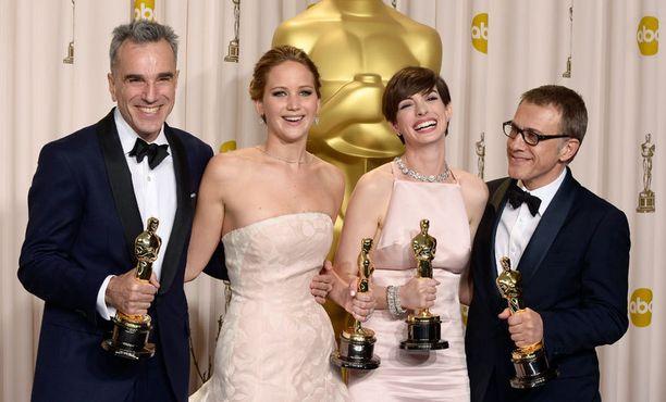 Oscareissa palkittujen näyttelijöiden riemua: Daniel Day-Lewis, Jennifer Lawrence, Anne Hathaway ja Cristoph Waltz.