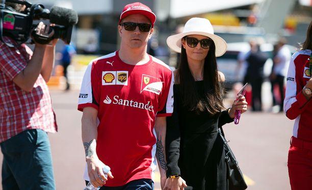 Minttu nähtiin Monacossa Kimin rinnalla myös viime vuonna. Silloin hän pukeutui muun muassa mustan mekon ja lierihatun yhdistelmään.