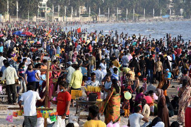 Kansaa oli kertynyt Juhun rannalle Mumbaihin sankoin joukoin sunnuntaina.