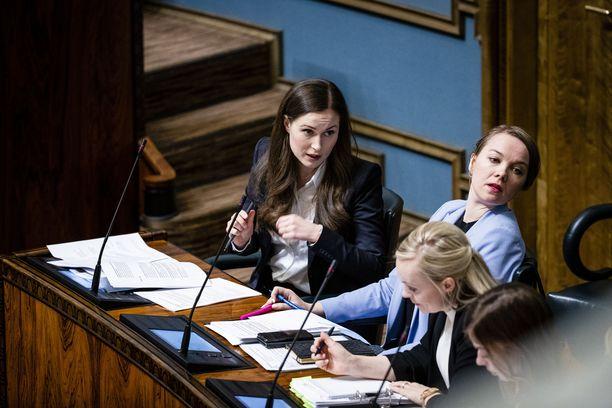 Koronakriisin alkaessa talvella 2020 Katri Kulmuni (kesk) istui ministeriaitiossa. Sittemmin hän on usein kritisoinut pääministeri Sanna Marinin (vas) hallituksen koronapolitiikkaa eduskunnassa salin puolelta.