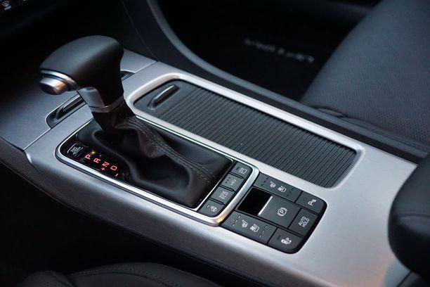 """Hybridityyliin testiautomme on automaatti. """"Perinteinen"""" momentinmuunnin vaihteisto hoitaa tehtävänsä ihailtavan pehmeästi."""