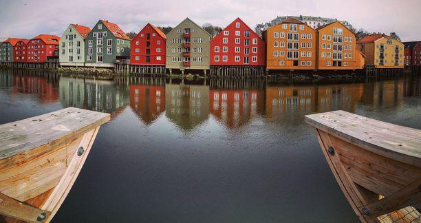 Trondheimin kaupungin värikkäitä rantataloja.