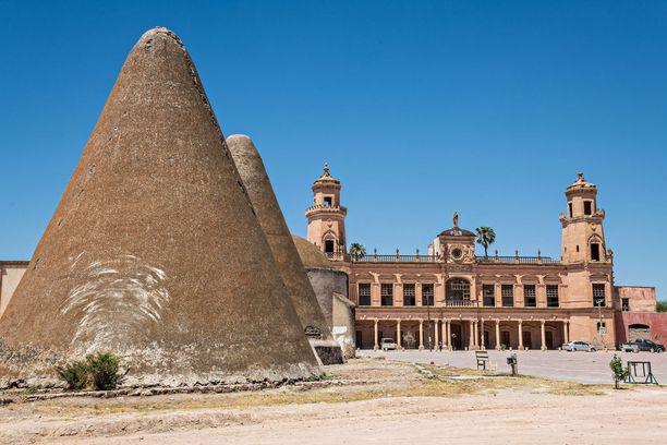 Pyramidinmuotoiset rakennelmat ovat entisiä viljavarastoja.