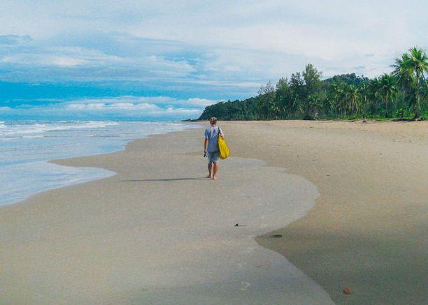 Thaimaassa pitkät kävelylenkit saaren upeilla hiekkarannoilla on tärkeä osa työtä. Tällöin tarkkaillaan onko naaraskilpikonna käynyt munimassa rannalle.