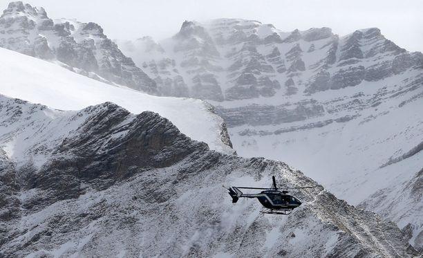 Lentokone syöksyi vuoristoon, johon pääseminen muulla kuin helikopterilla on hyvin vaikeaa.
