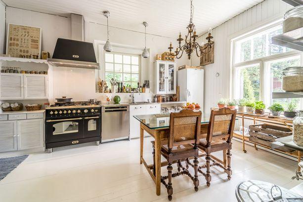 Asunnon keittiö on harmoninen, hillitty kokonaisuus, mutta samalla upean persoonallinen.
