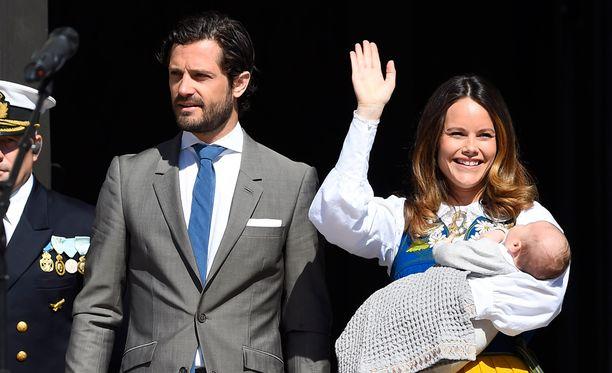 Prinssi Carl Philip ja prinsessa Sofia saapuivat kuninkaan linnaan avoimien ovien päivän kunniaksi.