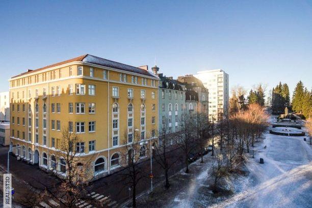 Tämä Tampereen keskustassa Hämeenpuiston laidalla sijaitseva asunto on kivenheiton päässä Näsinkallion puistoalueelta.