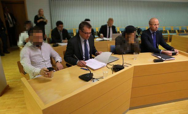 Syytettynä oikeudessa pahoinpitelystä on neljä saman suvun jäsentä.