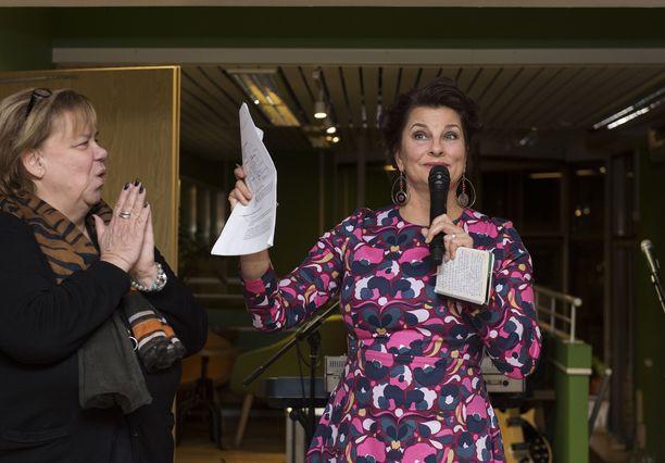 Satu Silvo sai uuden vuokrasopimuksen käteensä kesken ravintolan 20-vuotisjuhlien.