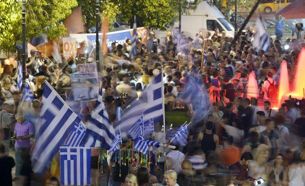 """""""Eitä"""" äänestäneet juhlivat äänestystulosta Syntagma-aukiolla Ateenassa."""