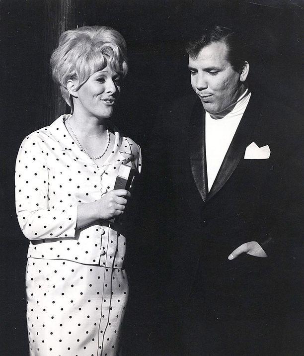Leppänen juonsi lukuisia tv- ja radio-ohjelmia. Vuonna 1968 mikrofonin toisella puolella oli Eino Grön.