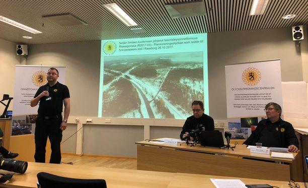 Onnettomuustutkintakeskuksen viestintäpäällikkö Sakari Lauriala, johtaja Veli-Pekka Nurmi ja raideliikenneonnettomuuksien johtava tutkija Esko Värttiö raportoivat tutkinnan tuloksista.